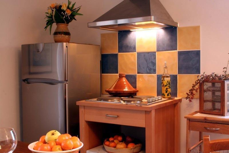 réfrigérateur-congélateur, plaque cuisson, fou, micro-onde...