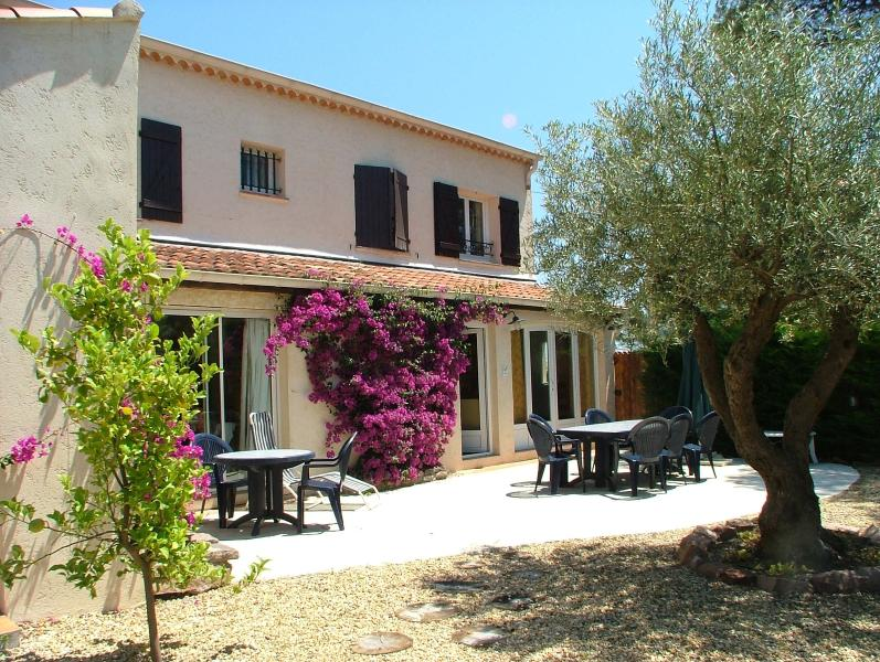 'L'Olivier' 2 bedroom villa apartment + private studio with heated pool, location de vacances à Boulouris