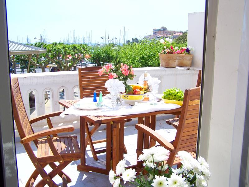 Bright airy apartment in historic Cannes building, holiday rental in Cannes