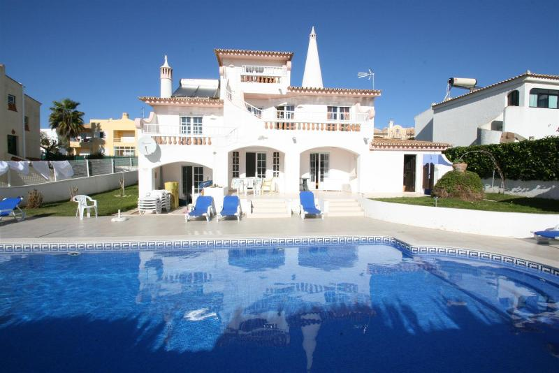 Villa Tres Palmeiras - 8 Bedroom Detached Villa - Great Location – semesterbostad i Albufeira
