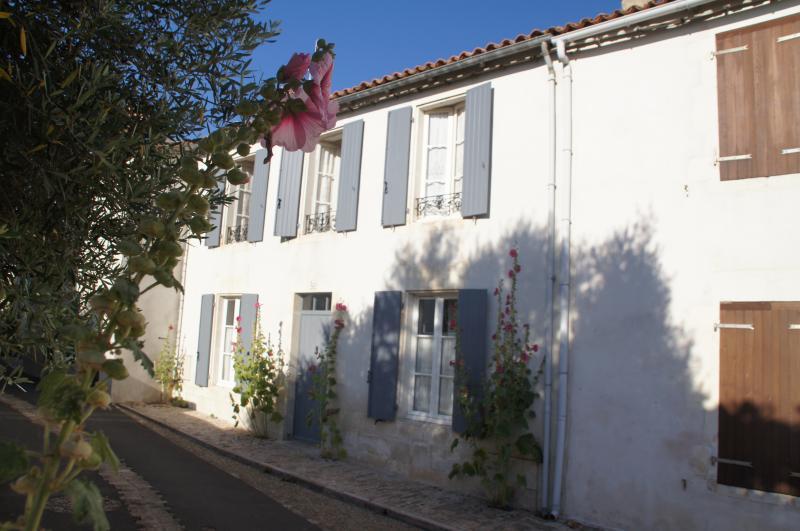 Vue de l'extérieur : maison rhétaise typique, dans le village