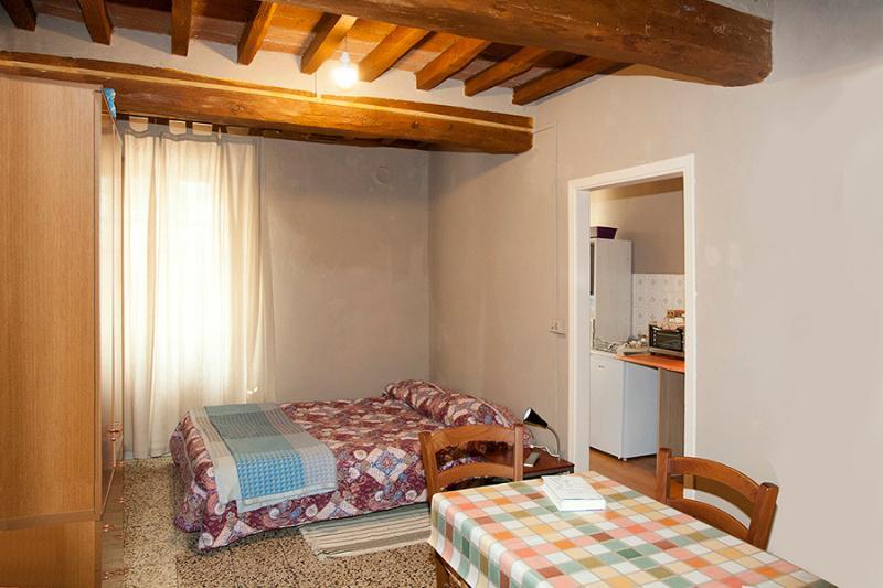 camera con piccola cucina