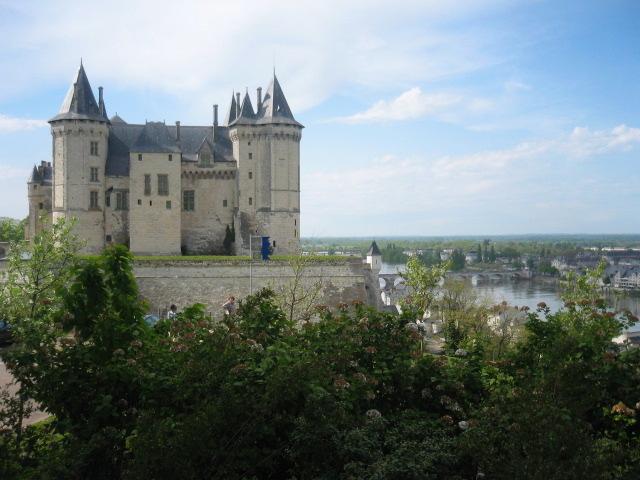 Le château blanc étincelant de Saumur surplombant la Loire. Une ville historique avec restaurants et bars.