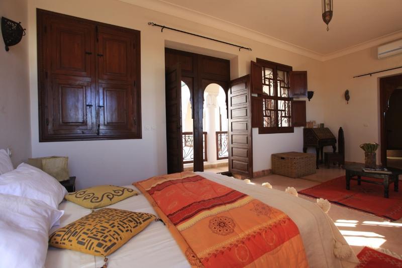 Lit double de la chambre familiale de luxe à 4 couchages
