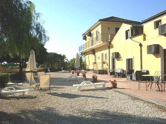 Oasi del Fiumefreddo side garden