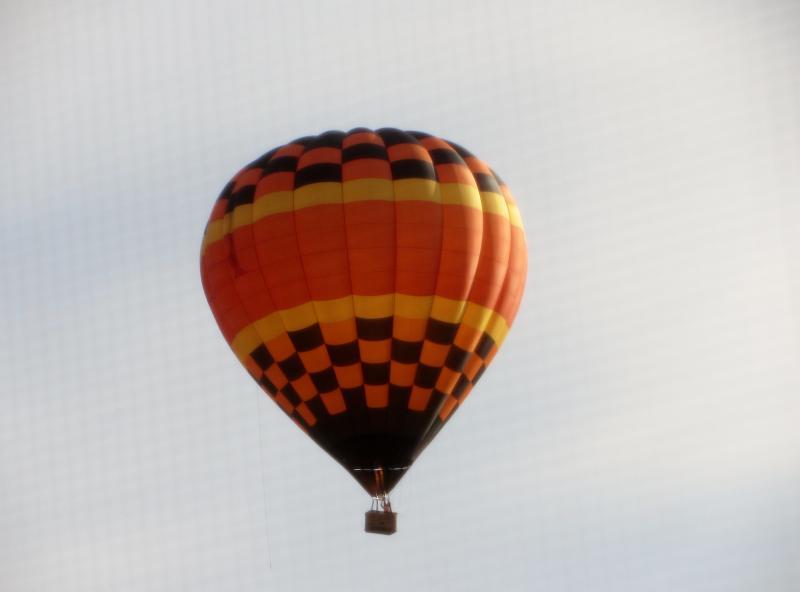 Ocasionalmente, balões de ar quente passam