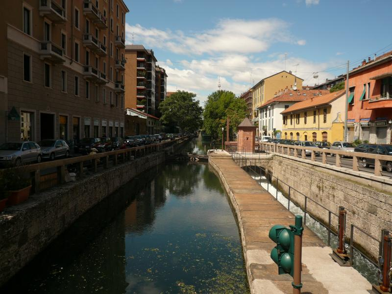 Naviglio Pavese - lock in front of building
