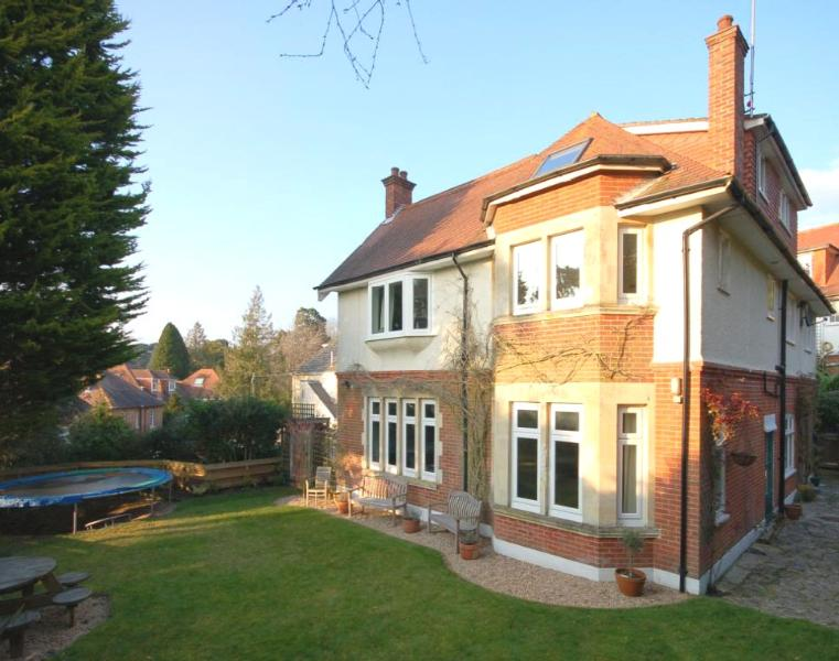 BOURNECOAST: LARGE SPACIOUS MANOR HOUSE FOR FAMILIES OR LARGE GROUPS - HB4638, vacation rental in Poole