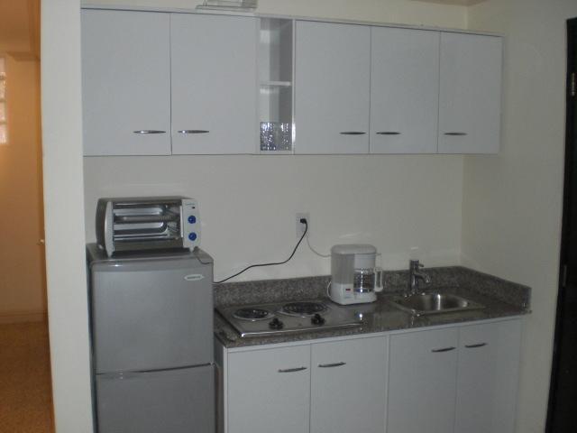 Bonita cocina totalmente equipado con todos aparatos de cocina ollas, sartenes, platos, vasos