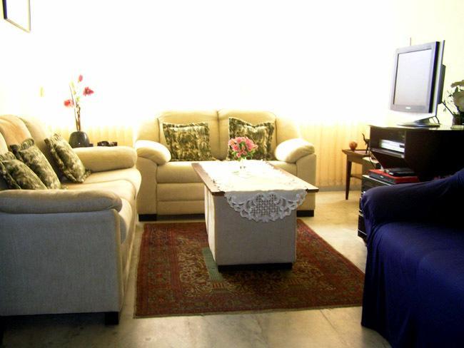 Wohnzimmer mit Flachbild TV, Video, DVD, Musikanlage.