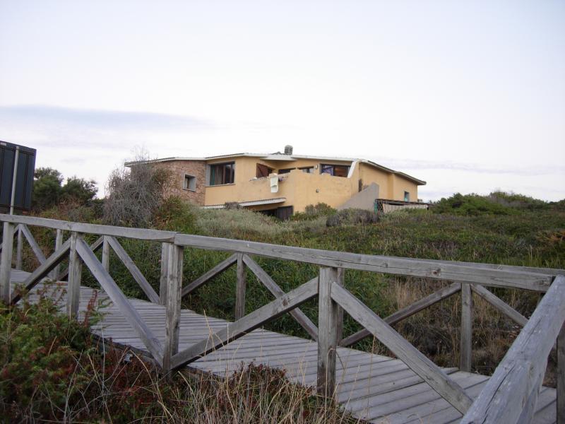 Villa Marta vista dalla gradinata che porta alla spiaggia