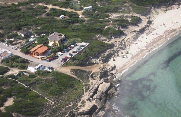Vista aereo Villa Marta (tetto grigio) e Spiaggia di Maragnani