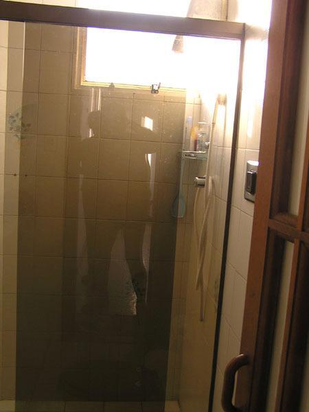 2 Badezimmer mit Dusche.
