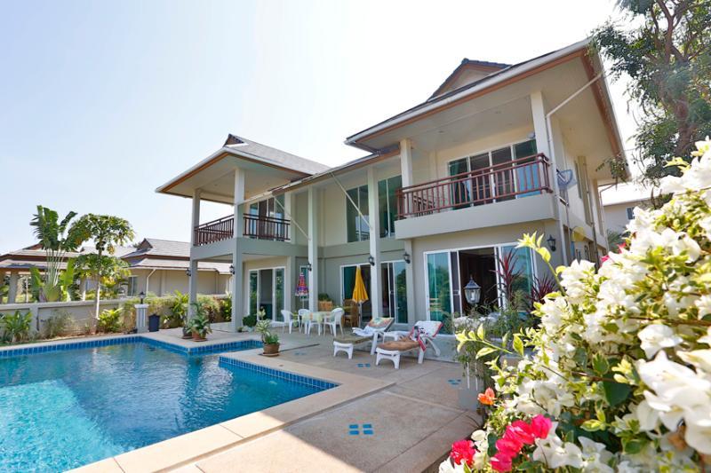 Luxury 3 Bedroom Pool Villa, holiday rental in Khao Tao