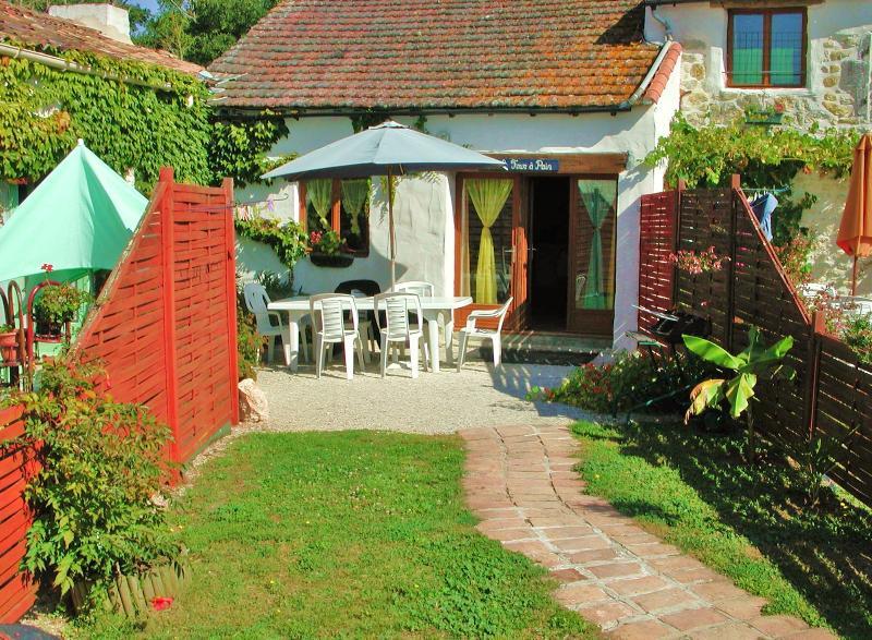 individual front garden as well as big shared grounds, BBQ & garden furniture