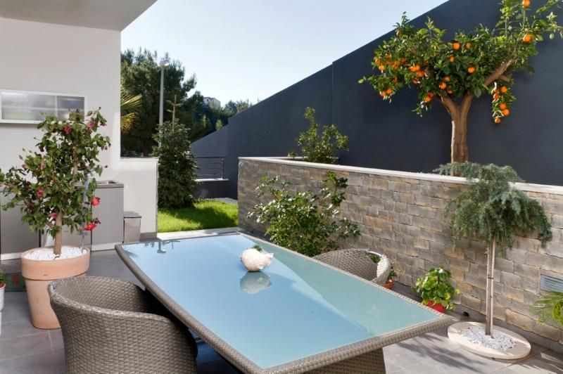 Deluxe apartment with garden, holiday rental in Podstrana