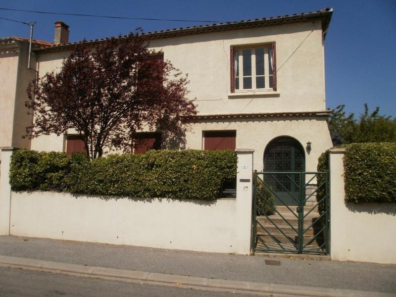 The house is situated in a quiet residential area with easy parking - 800 m from La Cité