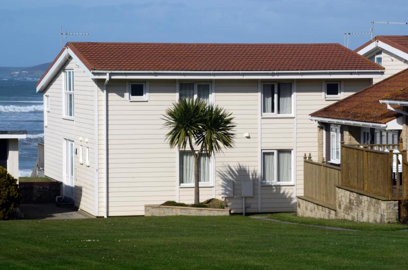 Perfect location right by the promenade in front of the sea a few minutes stroll from Westward Ho!