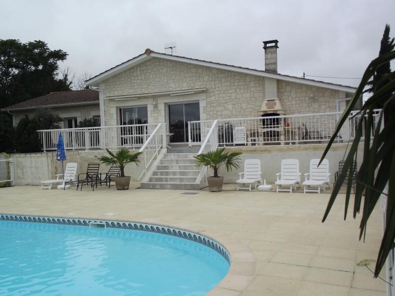 facade maison vue piscine - Location Maison Vacances Piscine Prive