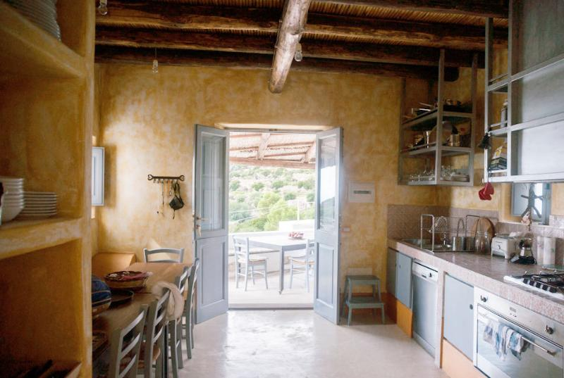 la cucina, attrezzata per sperimentare con i sapori dell'isola
