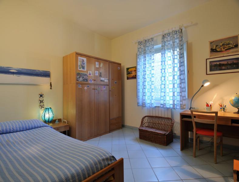chambre avec deux lits simples, un caché sous