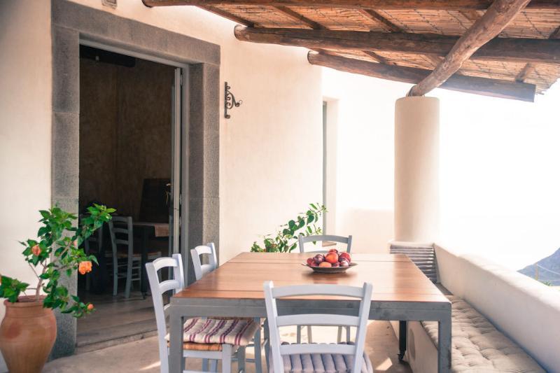 il tavolo da pranzo/colazione/cena, sempre pieno di luce ma rinfrescato dall'ombra della paglia