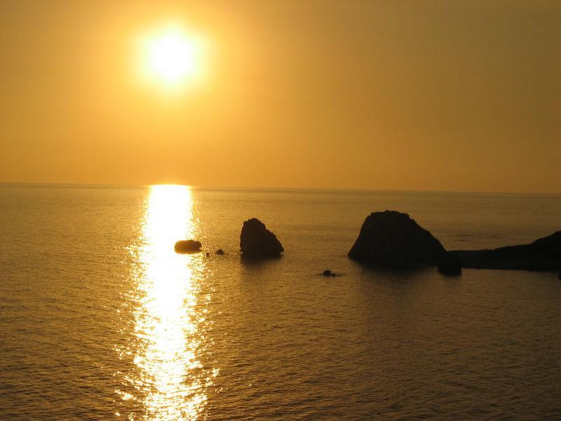 La roca de la puesta de sol sobre Aphrodite