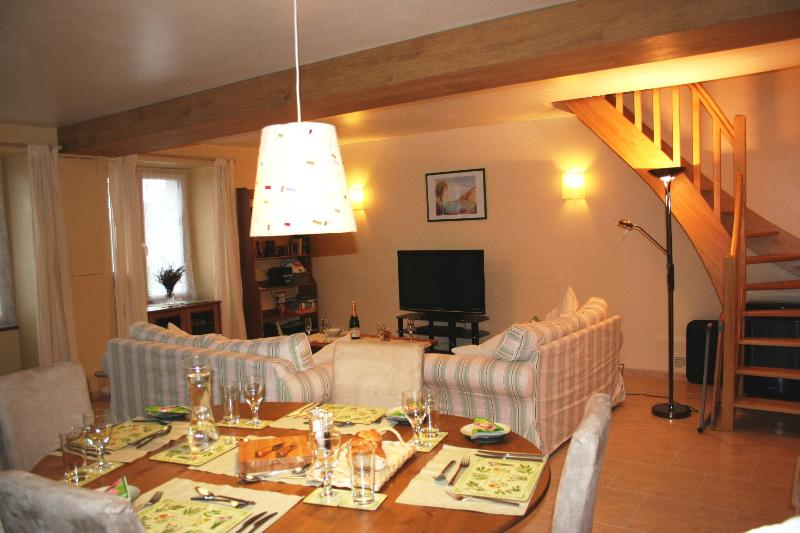 Le Petit Bosquet - Contemporary feel in a 400 year old French 'Farmhouse'., casa vacanza a Chigne