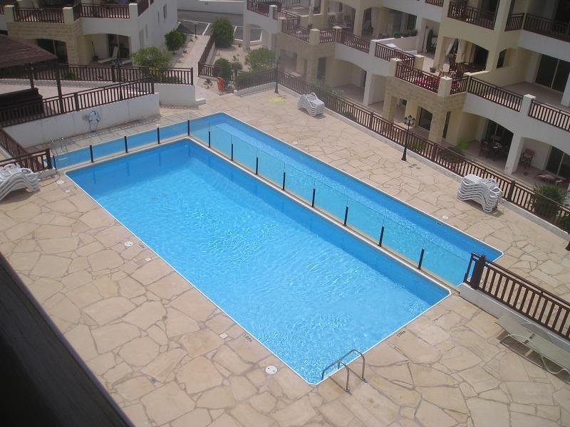 Penthouse apartment with WI-FI, 2 Shared pools and excellent sea views, vacation rental in Peyia