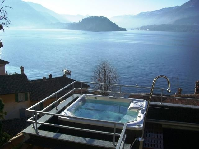 Della Fontana's Jacuzzi & fabulous view, just 15m from the water's edge!