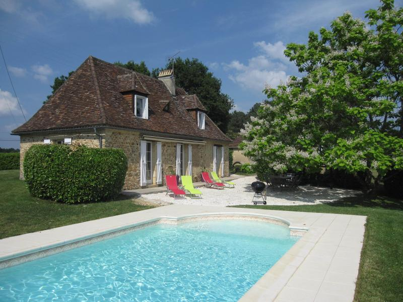 Relax and enjoy old stone cottage with heated swimming pool, vacation rental in Saint-Geyrac