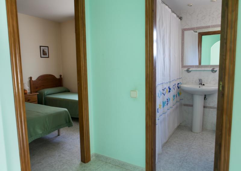 Baño completo y dos habitaciones dobles par una estancia cómoda y práctica.