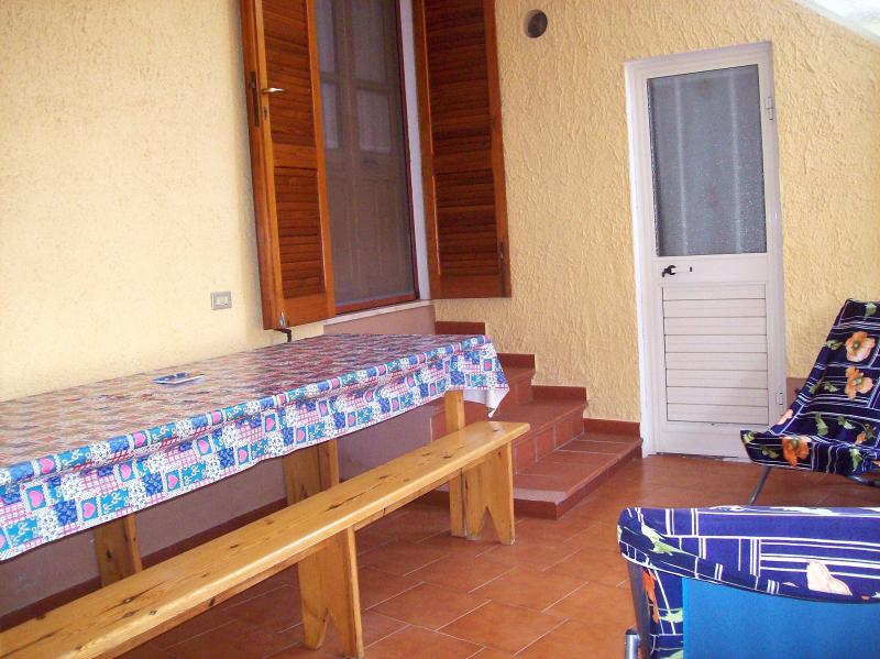 OGLIASTRA CASA MARE CON VERANDA A 420 EU/WEEK, Ferienwohnung in Girasole