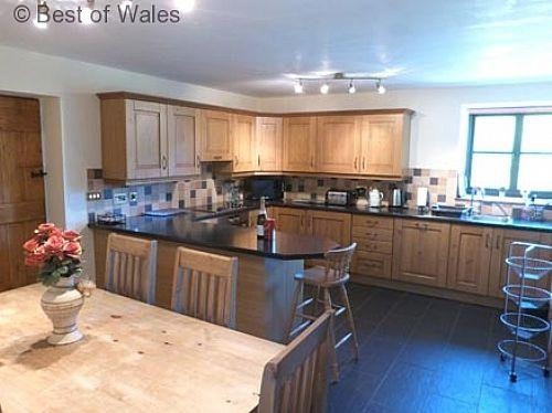 Luxury holiday cottage with large, fully equipped oak kitchen