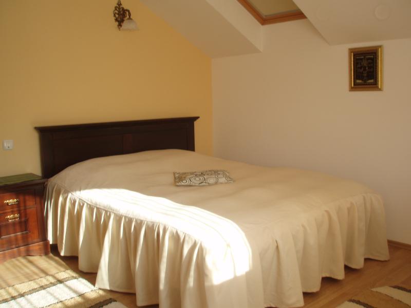 Dormitorio con cama de matrimonio, vestidor y amplio balcón privado