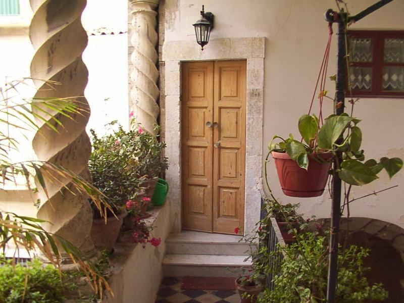 Loggiato di ingresso e portoncino tipicamente barocco