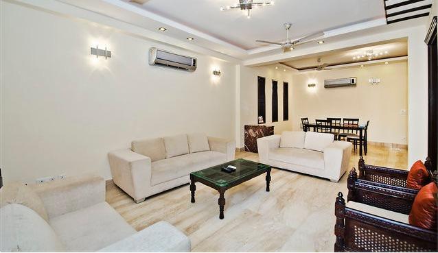 De mooie woonkamer met Italiaanse marmeren vloeren en LCD-Tv, WIfI, Sofa Sets, balkon enz..