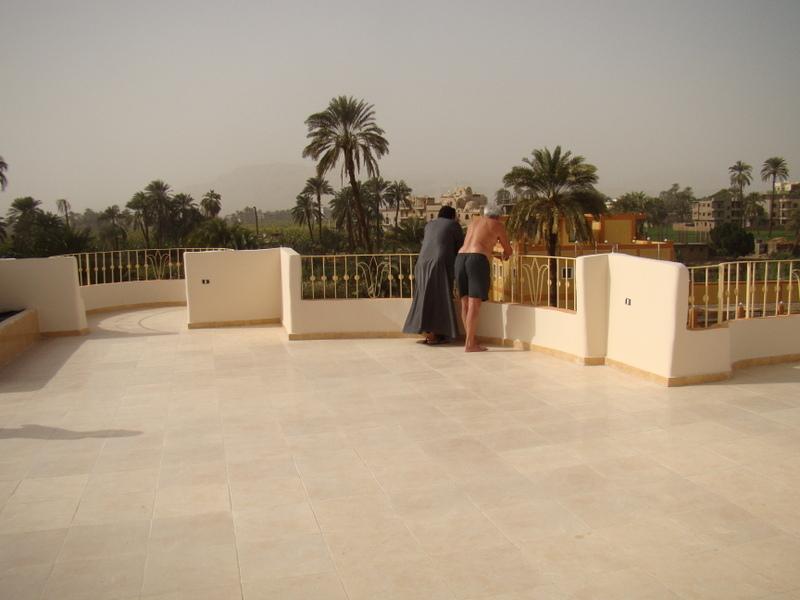 Onze dakterras met uitzicht op de Thebaanse heuvels en de Nijl