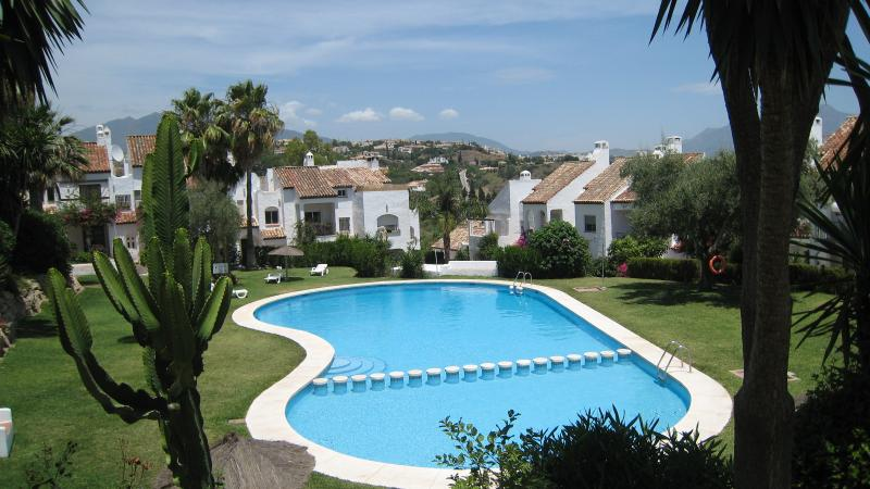 BEAUTIFUL 3 BEDROOMED HOUSE IN GATED URBANISATION. AIR CONDITIONED.  INTERNET, location de vacances à Estepona