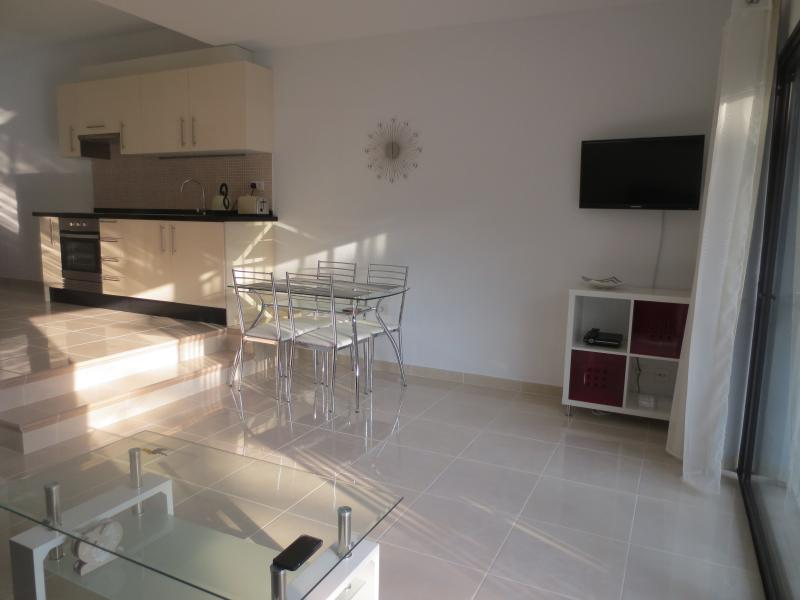 Modern Ground Floor Apartment with free  WIFI, holiday rental in Los Cristianos