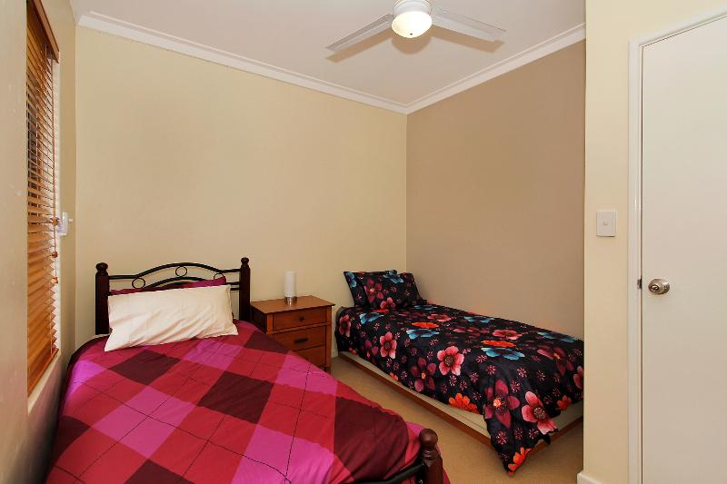 Single bedroom with 2 single beds