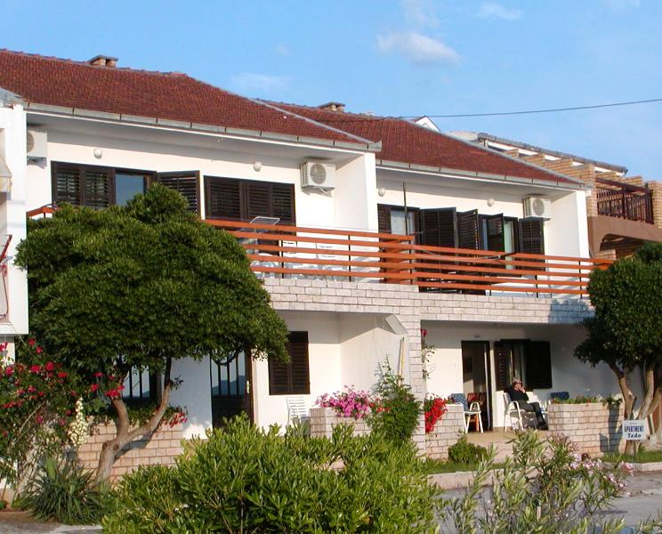 Apartment Tedo with sea view and garden