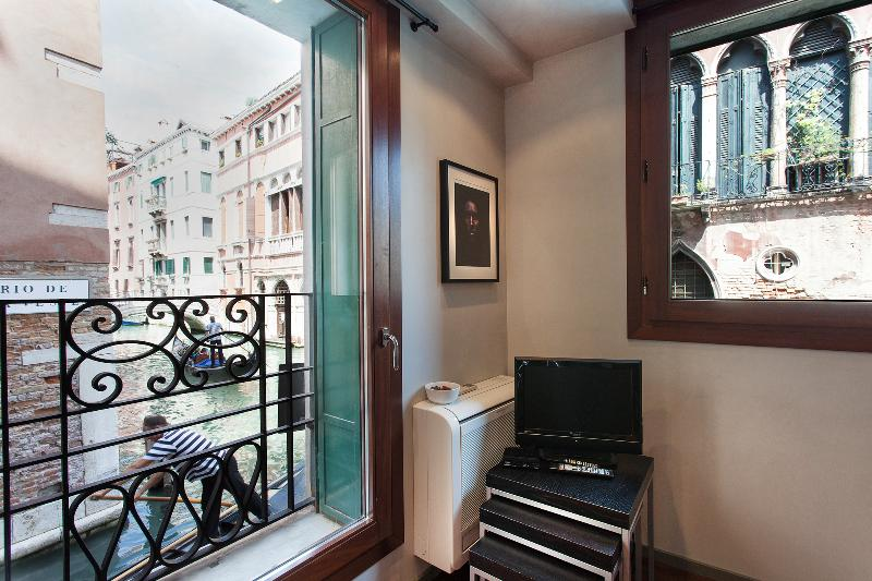 Charming Canal View - San Marco - Venice apartment - canal view