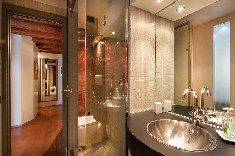 Charming Canal View - San Marco - Venice apartment - bathroom