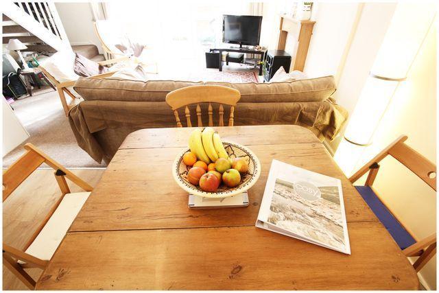 Mesa de comedor de madera robusta para cuatro personas.