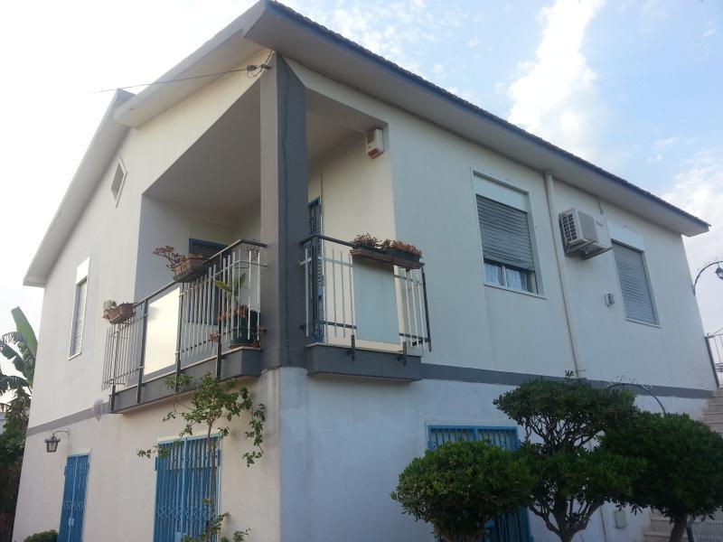 Appartamento in villa, holiday rental in Villasmundo