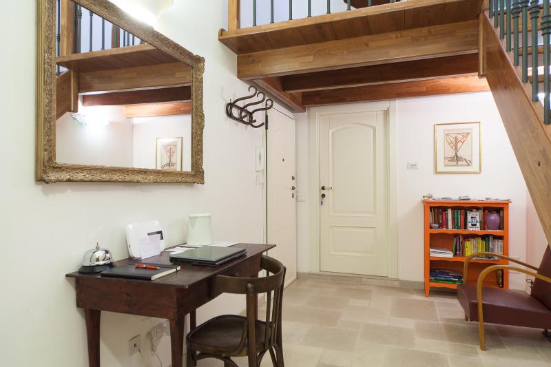 L'ingresso con la scala per il piano superiore