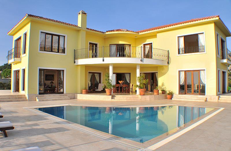 Spacious and luxuriously furnished villa with stunning view