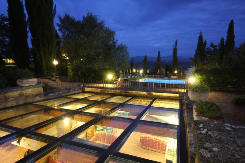 Vista notturna hall e piscina esterrna