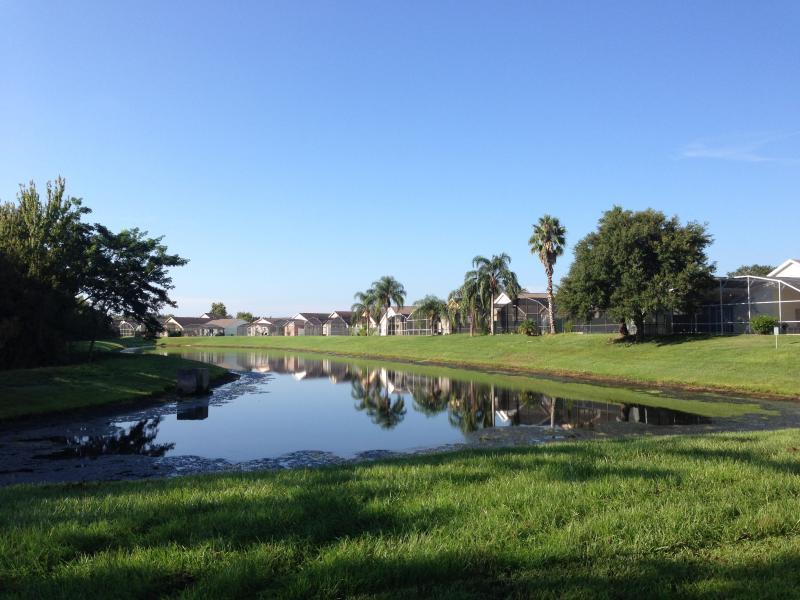 El lago detrás de Villa